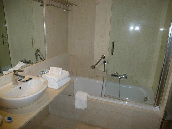 SENSIMAR Grand Mediterraneo Resort & Spa by Atlantica: ванная, справа дополнительно душевая кабина