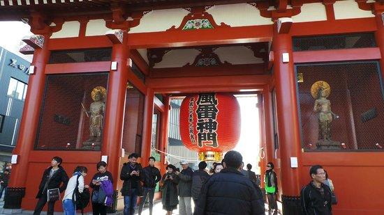 Nakamise Shopping Street (Kaminarimon): Kaminarimon Gate