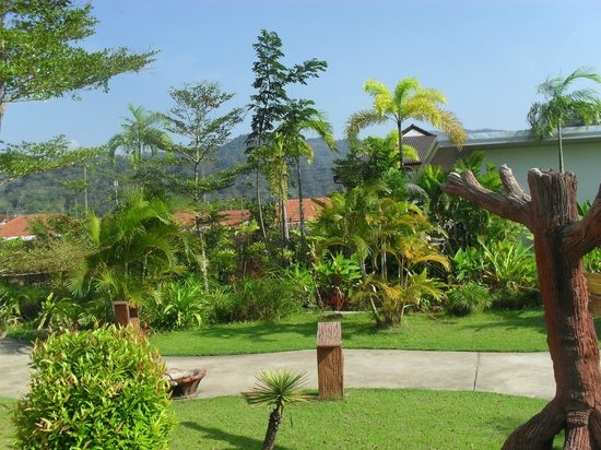 Phu Kamala Suites: Lovely tropical gardens at the Phu Kamala