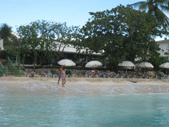 Mango Bay All Inclusive: Beach with restaurant behind