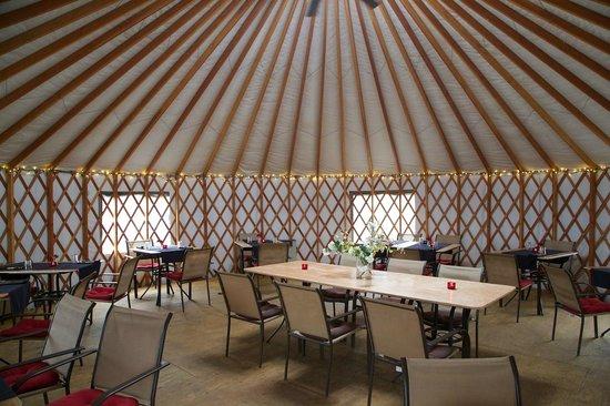Knik River Lodge: yurt - interieur