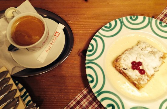 Cafe Wurfelzucker : Strudel with warm vanilla cream. Easily for two