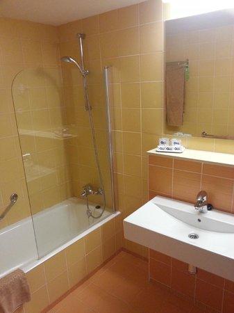 SBH Monica Beach : Renovated room - bathroom