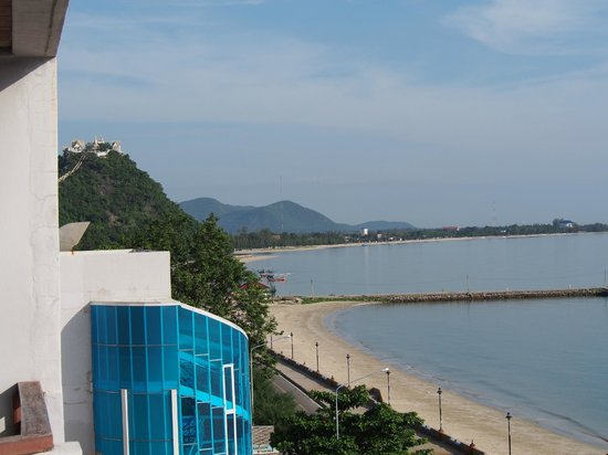 Hadthong Hotel: Northern view with pier from balcony