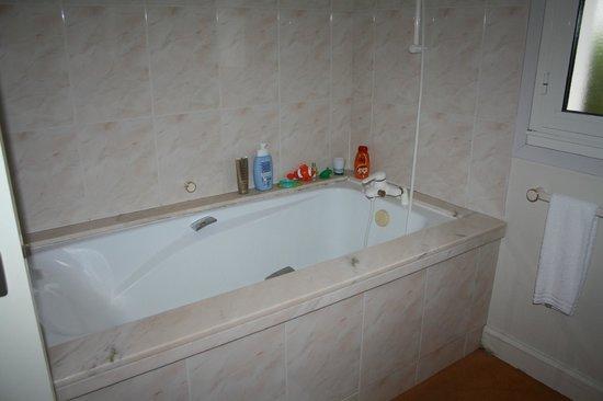 Hotel Le Richelieu : Notre baignoire...