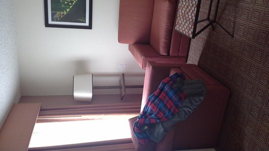 La Quinta Inn & Suites Danbury : sittting area with tv, sofabed and chair
