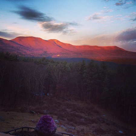 The George Ellen Bed and Breakfast: Sunrise over Blackhead mountain