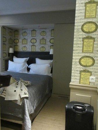 Hotel de Londres Eiffel: Room 54 - Victor Hugo Room