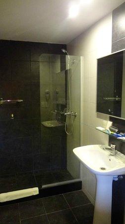 Massini Suites: Banheiro bom, mas com ducha sem pressão.