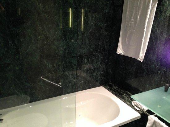 AC Hotel A Coruna: Baño (vista desde la puerta)