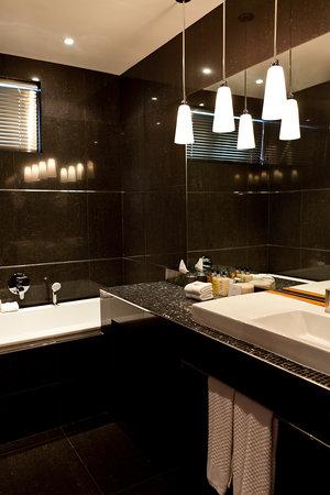 52 De Wet: Bathroom