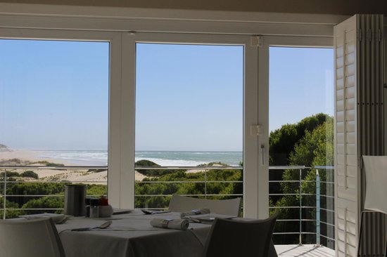 Moya Manzi Beach House: Breakfast with the ocean as backdrop
