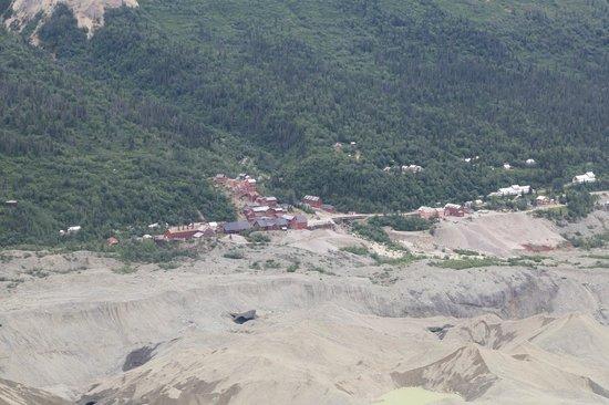 Kennicott Glacier Lodge: Luchtfoto van Kennicott Lodge: witte gebouwen rechts op de foto