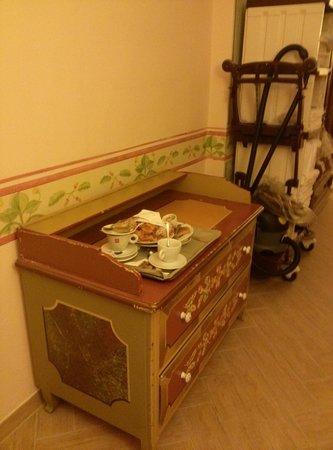 Parc Hotel Posta: corridoio con resti di colazione