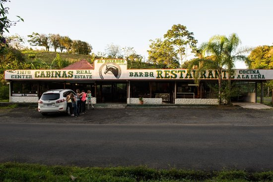 The Stable Arenal (El Establo): view of the establishment from the road