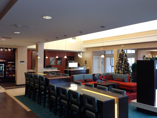 Residence Inn Springfield Chicopee: Nice lobby with fireplace and tvs.