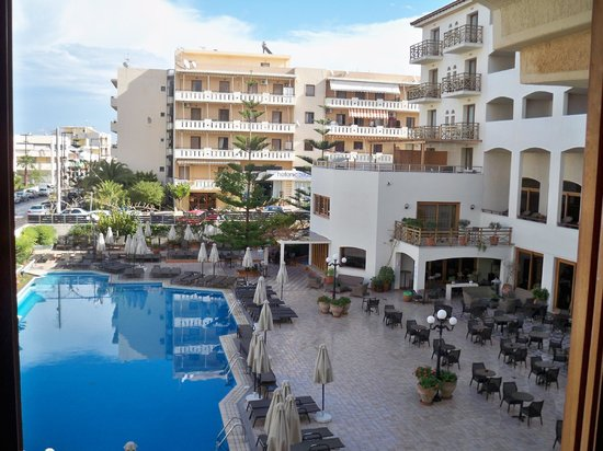 Theartemis Palace Hotel : pool and pool bar