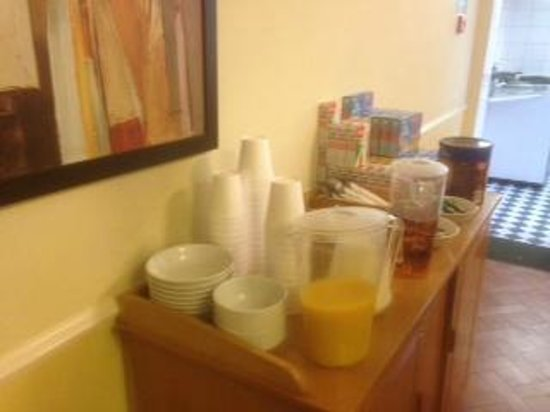 Winrose Hotel: Self service breakfast with the polystyrene cups.