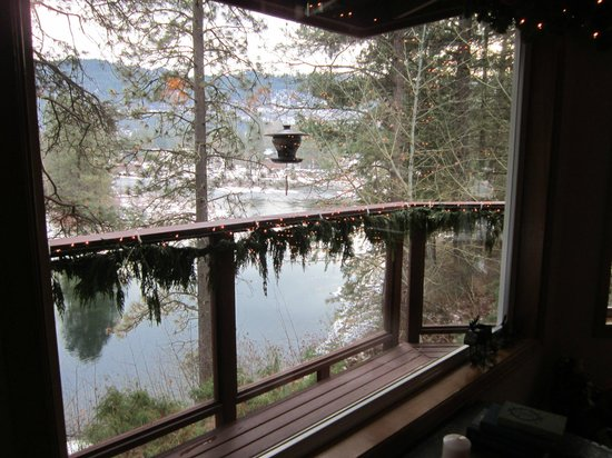 All Seasons River Inn: The view of the river bend from the guest common space next  to the dining area.