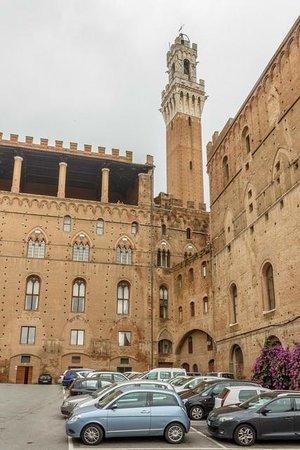 Piazza del Mercato: Palazzo Pubblico rear view