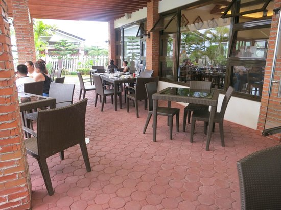 Rowena's Cafe: al fresco dining area