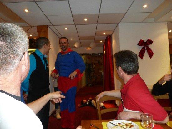Hôtel Club mmv Le Panorama : Quentin en superman et Jérémy, toujours le sourire aux lèvres