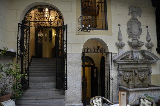 Palacio de Mariana Pineda: Hacia la Recepción desde el patio interior.