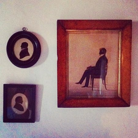 Pelham Hall Bed & Breakfast: Victorian silhouette drawings in the Bantham room