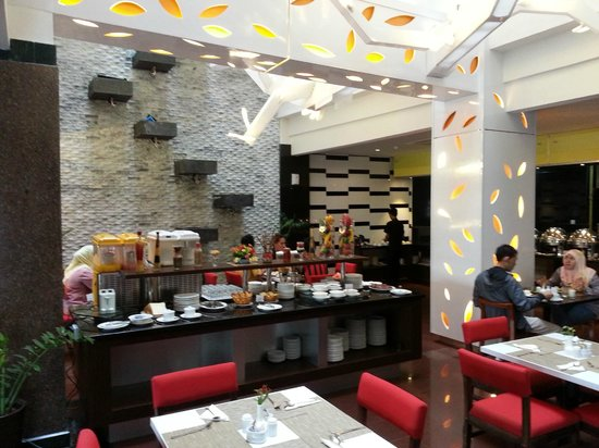 """Lyori Aerotel Batam: Breakfast buffet that only has the ones you REALLY enjoy... and none of those """"experimental"""" dis"""