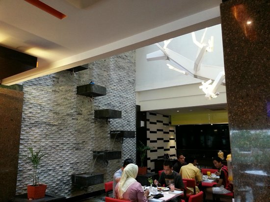 Lyori Aerotel Batam: With a cascading waterfall feature on the wall :)