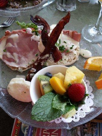 Wildflower Cafe: Eggs Benedict