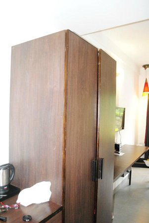 Munnar - Terrace Greens, A Sterling Holidays Resort: Wardrobe
