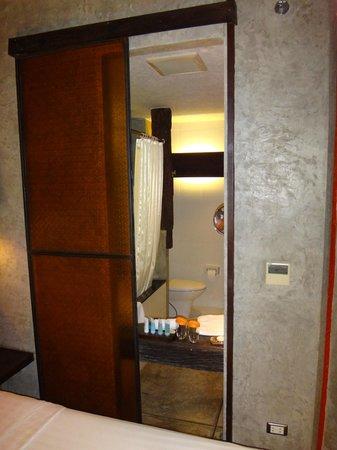 Siam@Siam Design Hotel Bangkok: Durchblick ins Bad, kann mit Glas Schieber geschlossen werden.