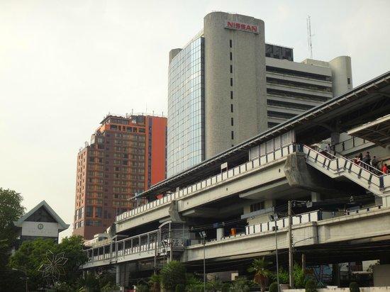 Siam@Siam Design Hotel Bangkok: Hotel im Hintergrund, davorliegende Sky Train Haltestelle