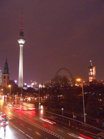 Radisson Blu Hotel, Berlin: вид из окна на телебашню