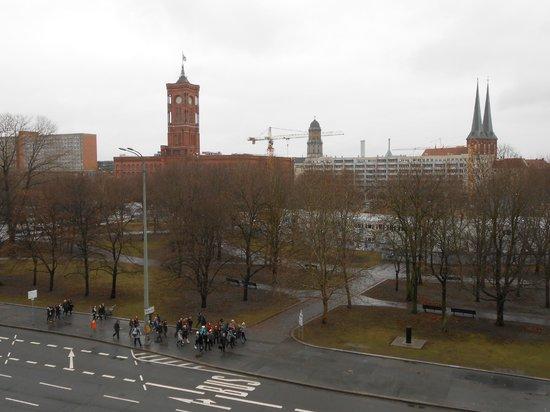 Radisson Blu Hotel, Berlin: вид из окна на красную ратушу