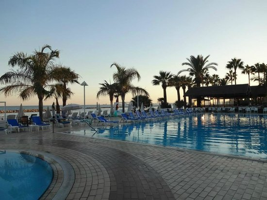 Palm Beach Hotel & Bungalows : Swimming pool and the beach.