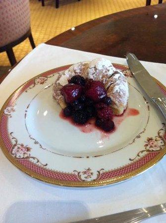St. Regis Restaurant : Media luna con frutas rojas