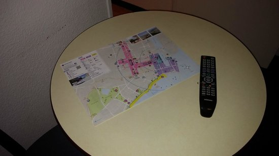 Appart'City Saint-Nazaire Centre: un plan de la ville ouvert sur la table vous accueille.