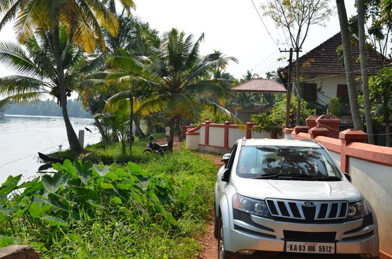 Sunny Days : Road outside the homestay