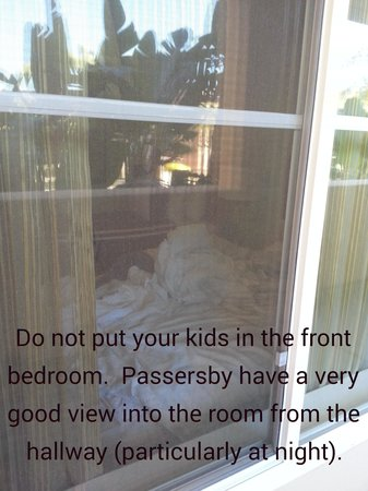 Grand Pacific Palisades Resort and Hotel : Do not put your kids in the front bedroom. Passersby have a very good view into the room (partic