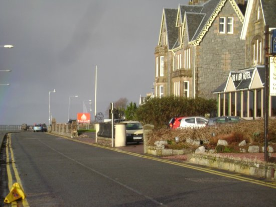 Oban Bay Hotel: Corner of hotel plus part of road walkway
