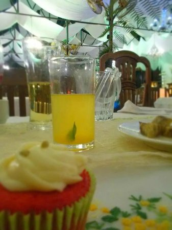 Sonya's Secret Garden : Dalandan juice with mint & a cupcake
