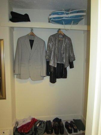 Abbots Mead Hotel: The wardrobe