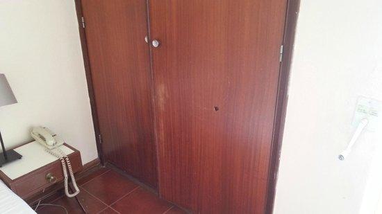 Albergaria Valbom : esterno armadio con porta bucata