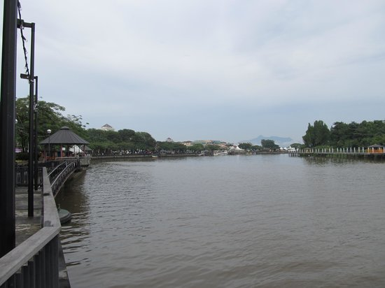 Kuching Esplanade: River promenade view