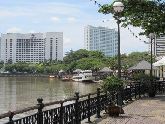 Kuching Esplanade: Hilton and Pullman hotels tower over city