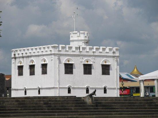 Kuching Esplanade: British fort on river shore