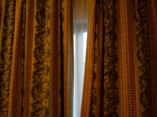 Bella Vista Hotel: Curtains which didn't quite meet