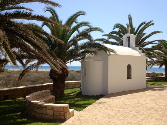 Finikas Hotel Naxos: Palms and chapel on the hotel area